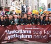 HUKUK GÜNDEMİ/FİKRET İLKİZ: Avukatlar ve Barbarlar